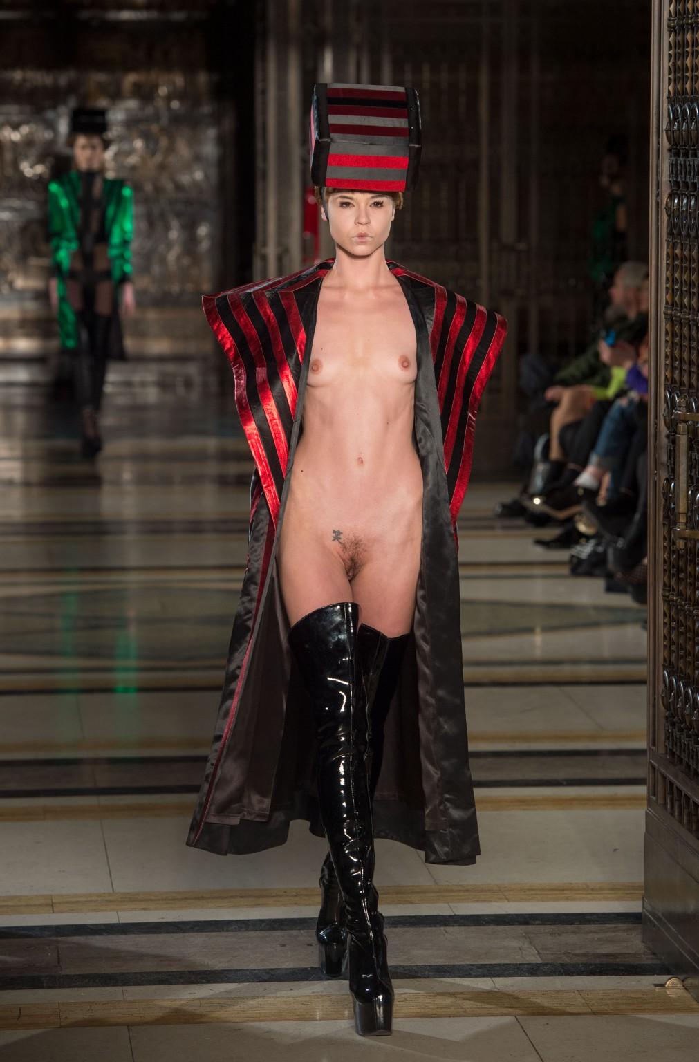 Показ эротических мод галереи